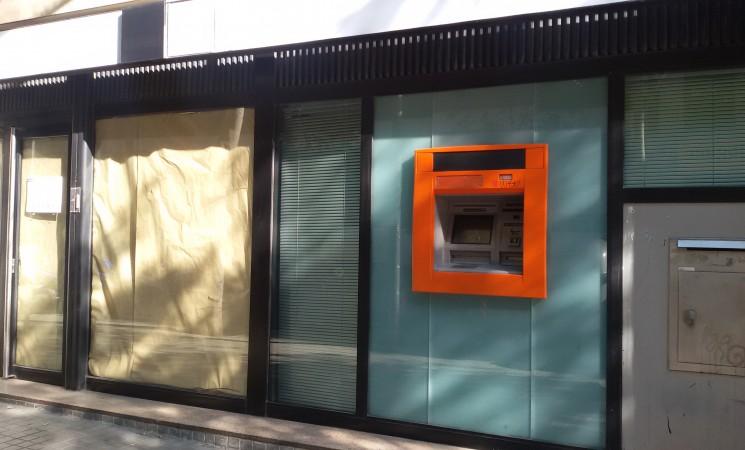 Ni el caos frena el cierre de oficinas de BBVA y CX