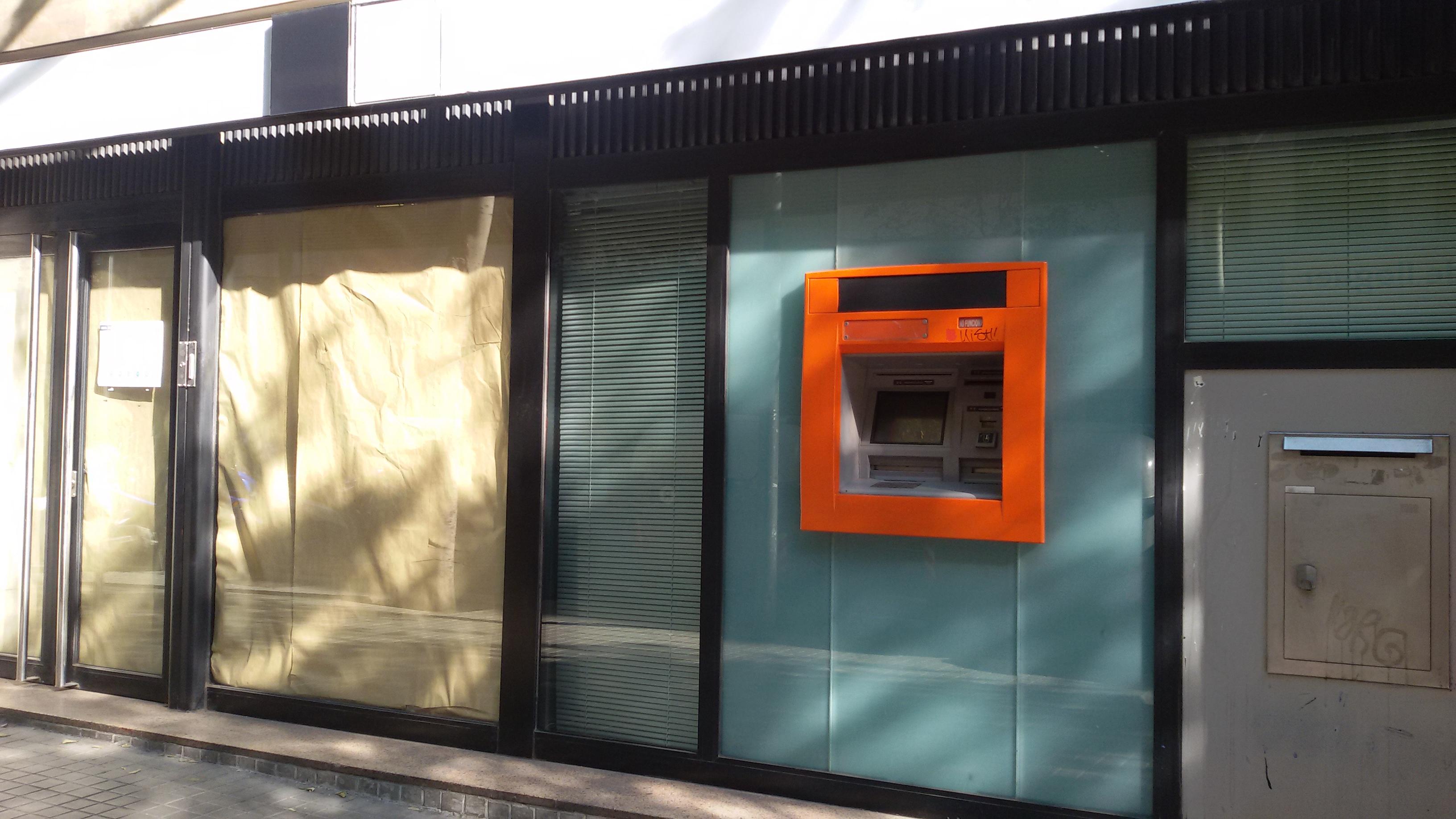 Ni el caos frena el cierre de oficinas de bbva y cx sec for Cx catalunya caixa oficinas